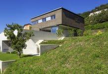 Une belle maison construite sur un terrain difficile